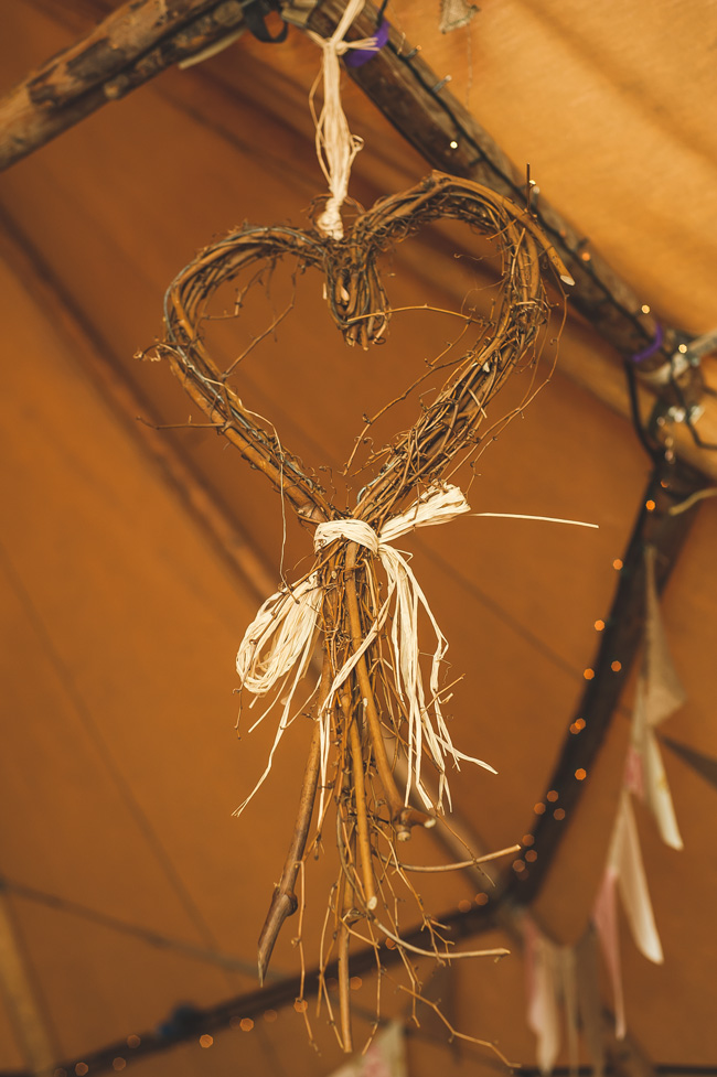 7 quick and easy rustic wedding details that won t blow for Quick and inexpensive wedding decorations