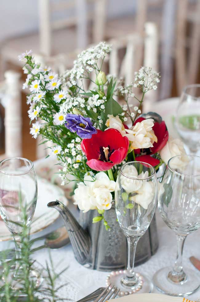 8-inspirational-table-centre-ideas-for-spring-and-summer-weddings-sarareeve.com_