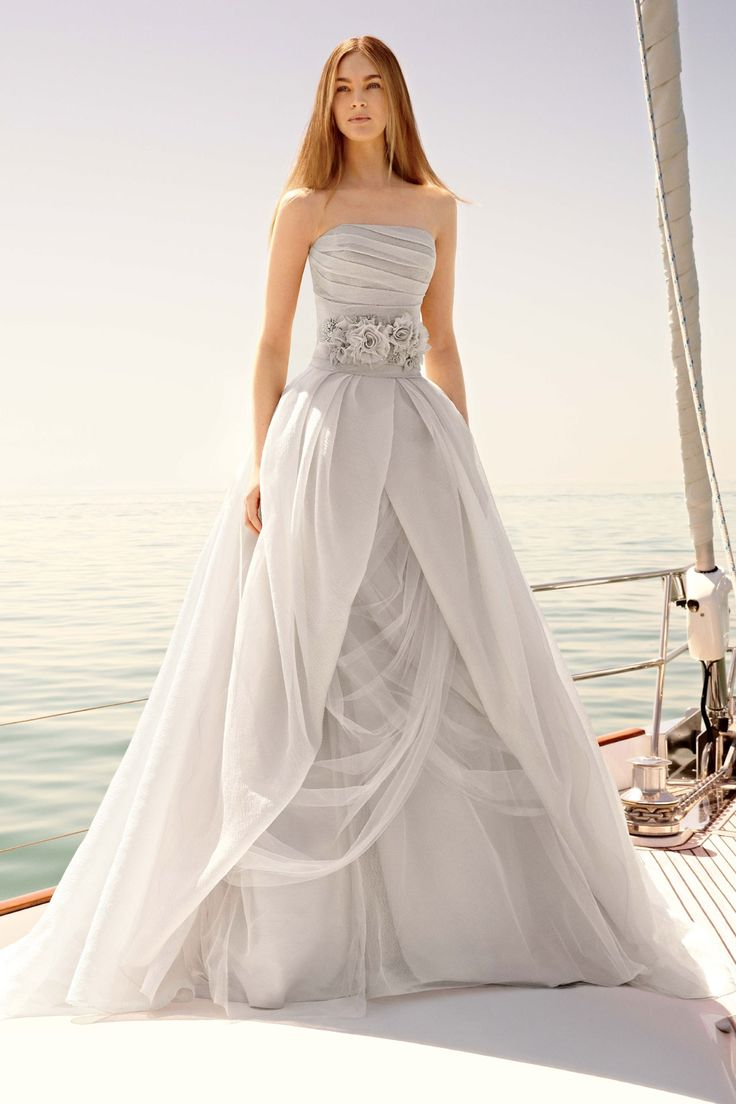12 stunning designer wedding dresses bestbride101 for Designer wedding dresses uk